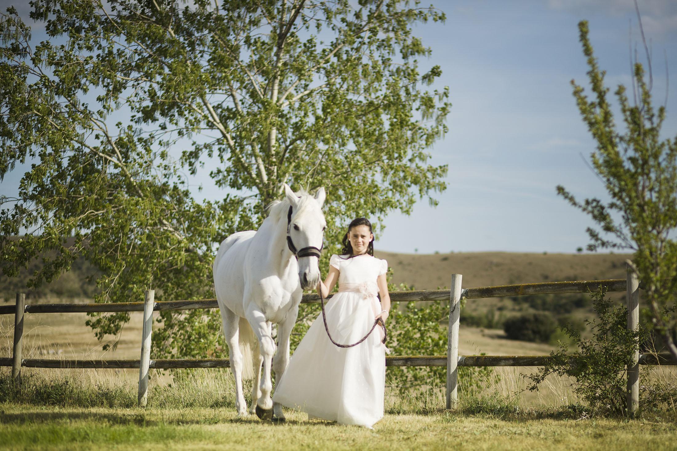 niñas de comunión con caballo en avila